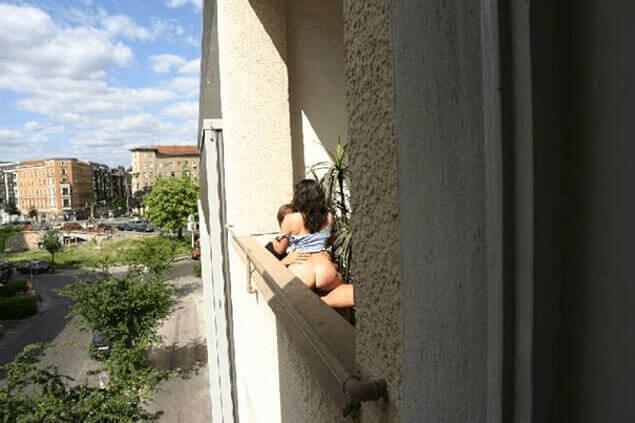 Geile Hausfrau beim Schwanzritt am Balkon heimlich beobachtet von einem Spanner