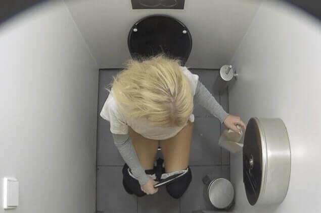 Geiles Spanner Sexbild von junger Blondine beim Pissen auf einer öffentlichen Toilette