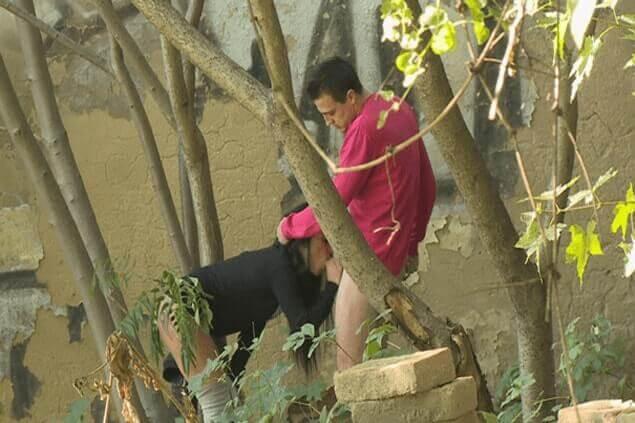 Heimliches Fickbild von jungem Paar beim Quickie im Wald
