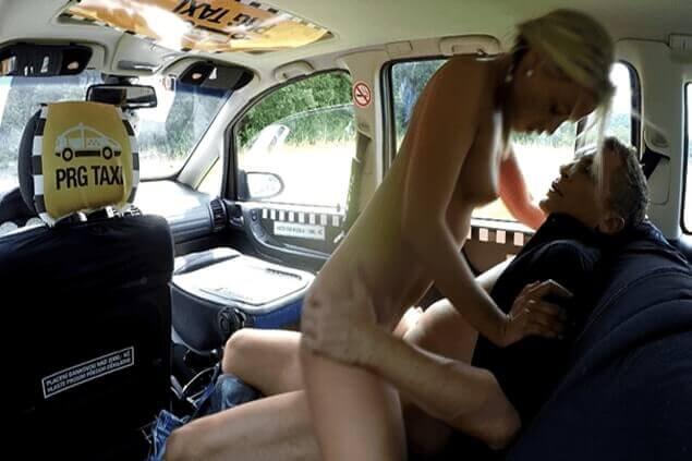 Junge Blondine reitet den Schwanz des Taxi Fahrers auf heimliche Spanner Aufnahmen
