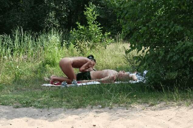 Voyeur Blowjob Foto mit sexgeiler Hausfrau beim Schwanz lutschen