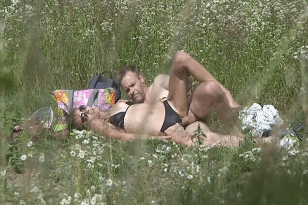 Voyeur Sex Foto zeigt Familienvater beim Ficken mit einem jungen Mädchen beim Seitensprung im Grünen