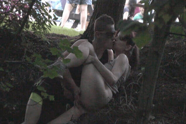 Voyeur Sexbild zeigt fickendes Pärchen im Freien